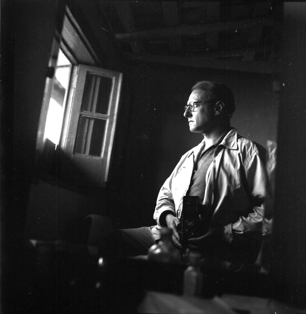 Pierre Verger and his Rolleiflex, self portrait on mirror, circa 1950s/Photo: Fundação Pierre Verger