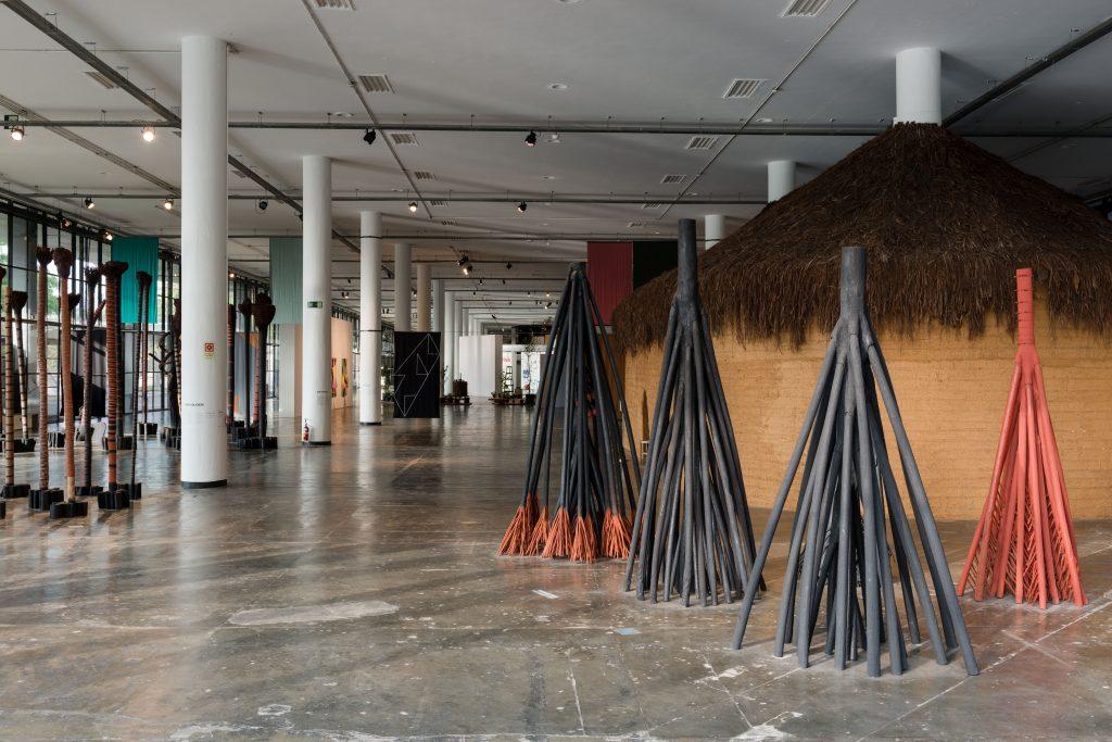 Obras de Frans Krajcberg e Bené Fonteles no térreo. Vistas da arquitetura da 32a Bienal de São Paulo. São Paulo, 26/09/2016. © Leo Eloy/ Estúdio Garagem/ Fundação Bienal de São Paulo.